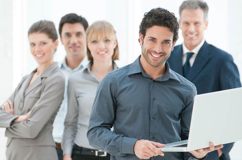 csoportfejlődés szakaszai, boldog, elégedett emberek csoportja a munkahelyen